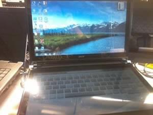 Acer разработва лаптоп с виртуална клавиатура и два екрана...